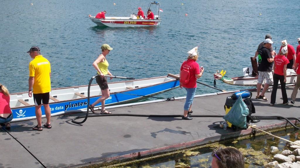 Lenzpumpe saugt Wasser aus den Booten