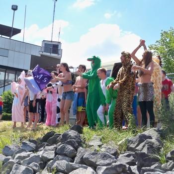 Karnevalclubs feuern beim Drachenbootrennen ihre Teams an © Landesblog-NRW-braucht-das.de