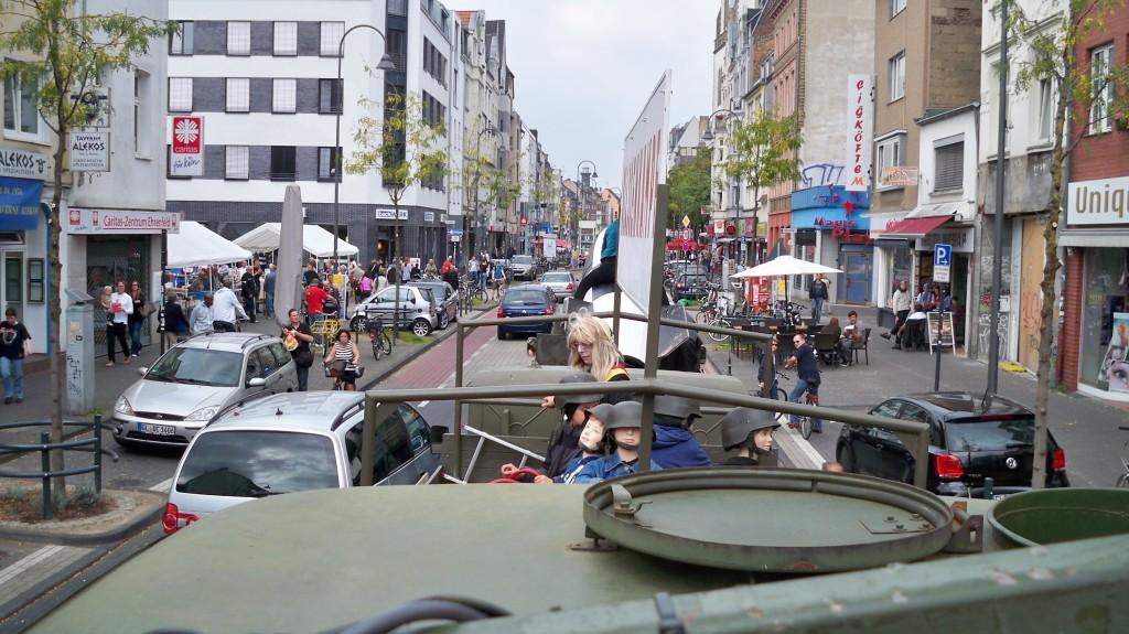 """Die rollende LKW-Kolonne """"Die Himmlischen Vier"""" auf Antikrieg-Demonstration durch Köln-Ehrenfeld"""