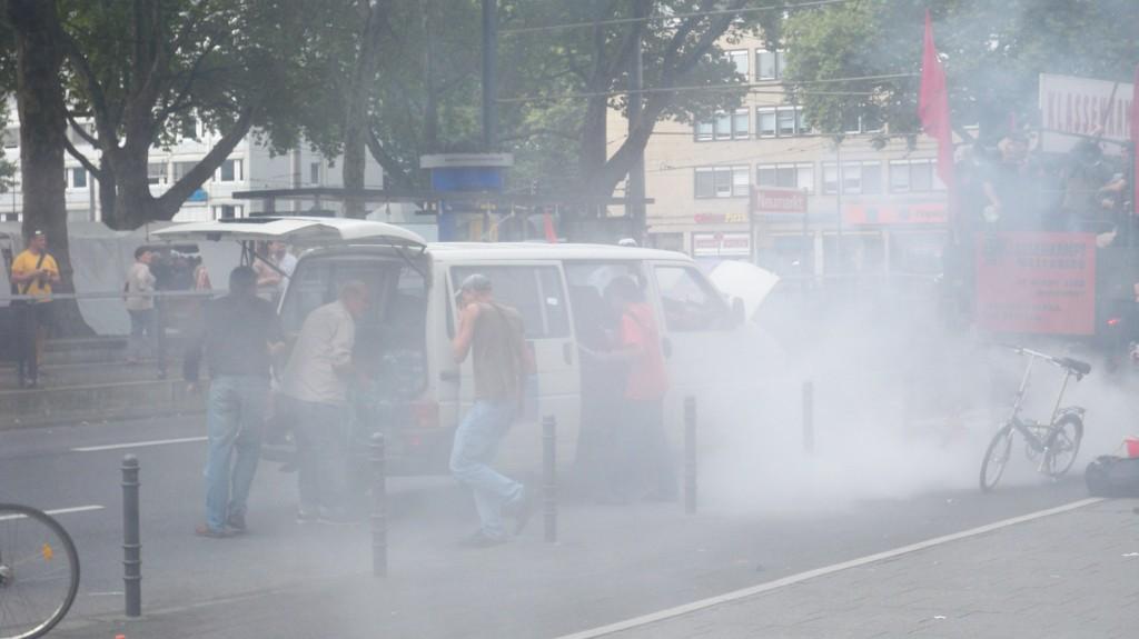 """Im Begleitfahrzeug bricht während der Demonstration der """"Himmlischen Vier"""" am Neumarkt Feuer aus"""