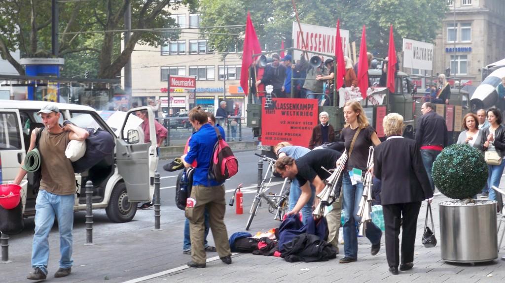 Umladen des Proviants auf die übrigen Begleitfahrzeuge © Landesblog NRW