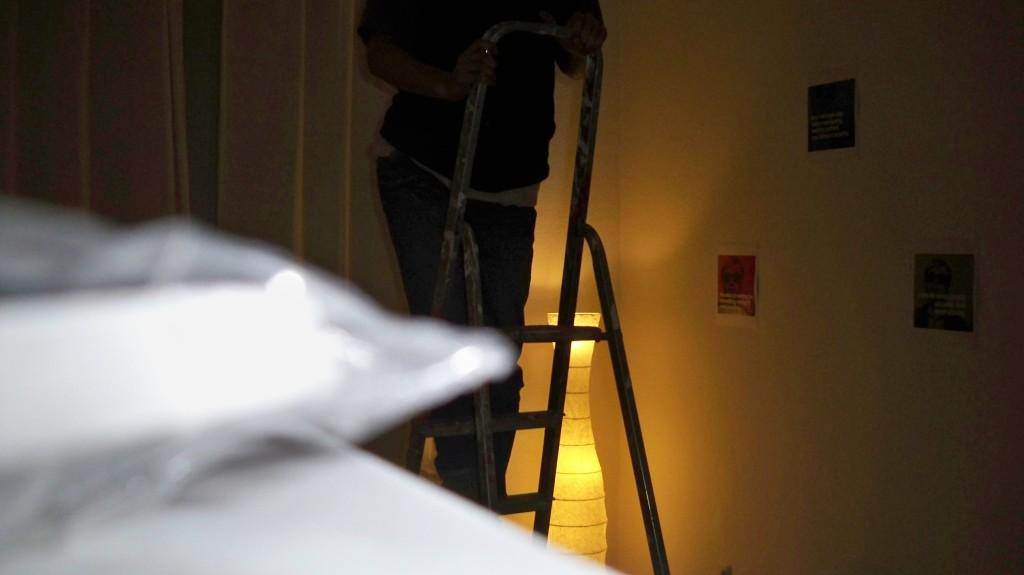 Im Dunkeln Deckenleuchte wechseln © Landesblog NRW
