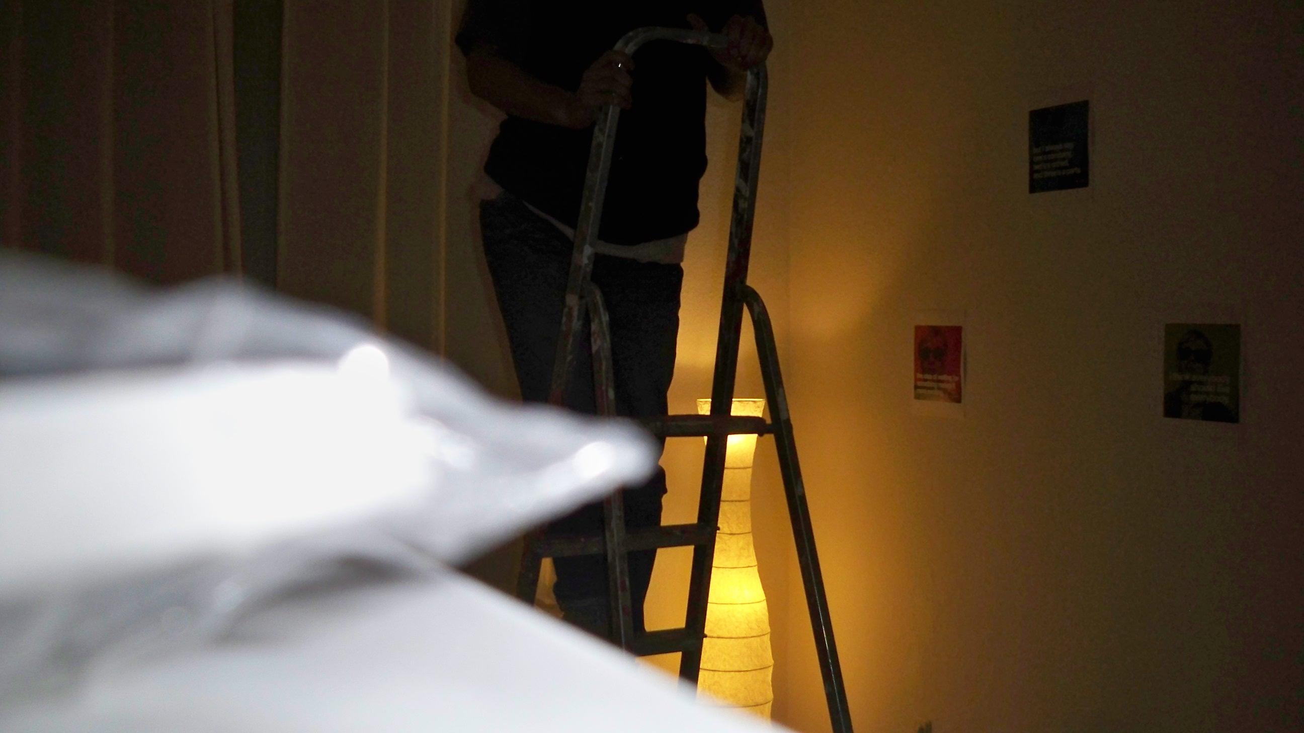 gl hbirne in 4 metern h he wechseln. Black Bedroom Furniture Sets. Home Design Ideas
