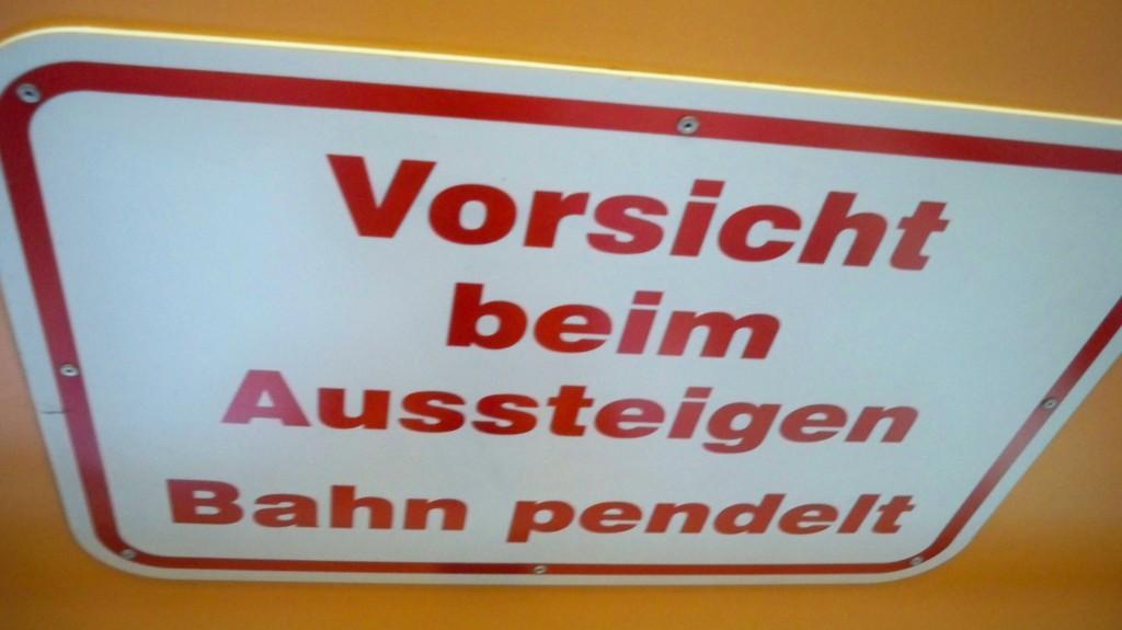 Warnschild in Wuppertaler Schwebebahn © Landesblog NRW