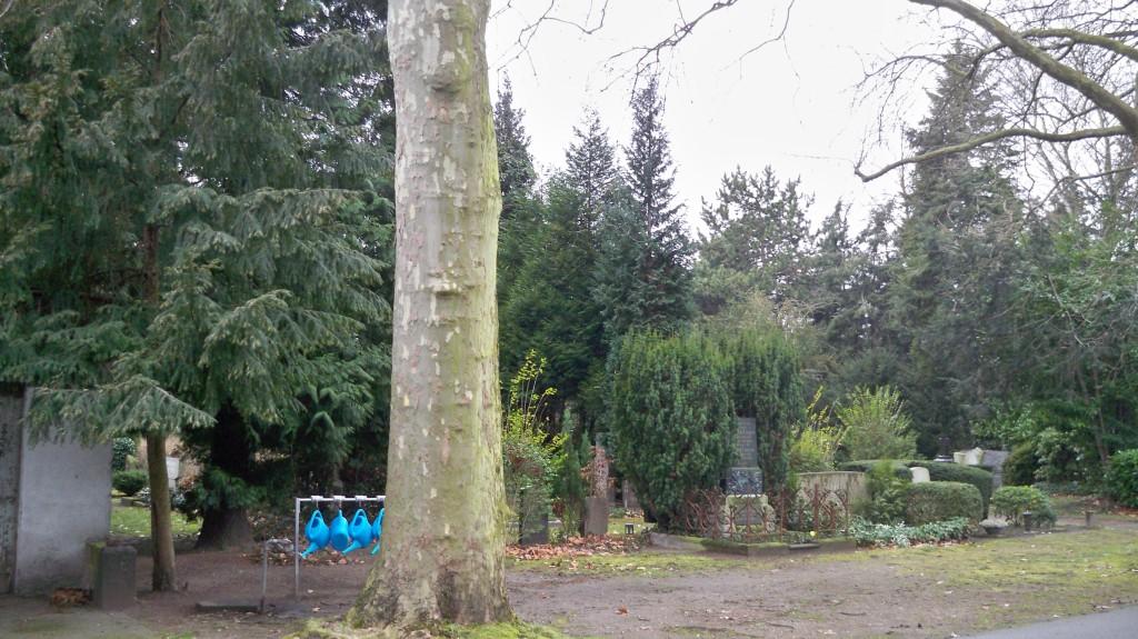 Gießkannen auf Friedhof © 2015 Landesblog NRW