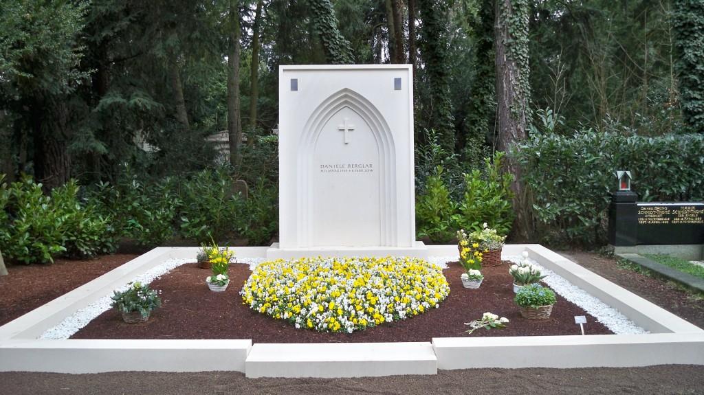 Grabanlage in Weiß auf dem Melaten Friedhof