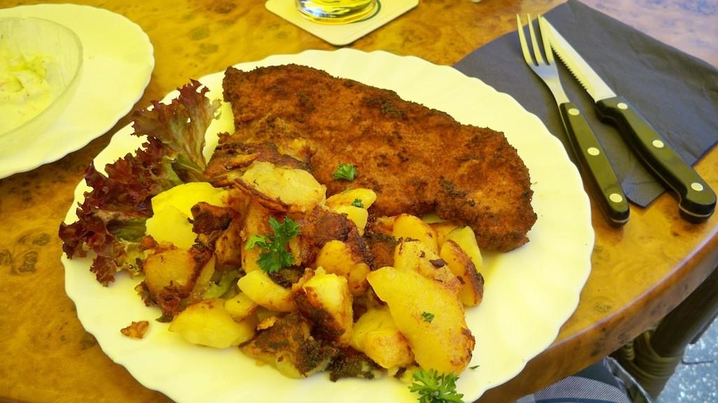 Schnitzel aus der Speisekarte des Baumhof Gummersbach © Landesblog NRW