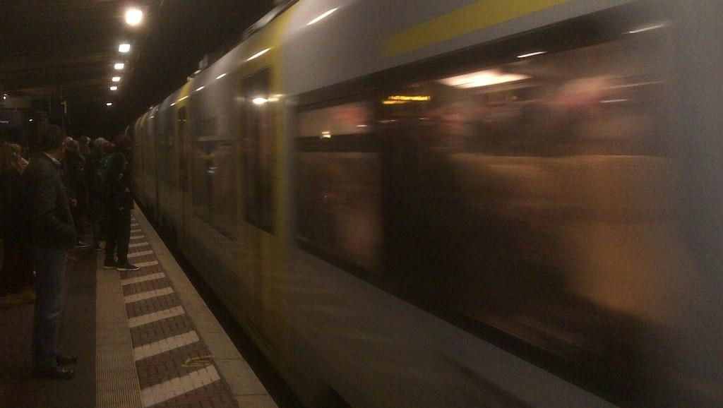 Überfüllte Regionalbahn fährt ein