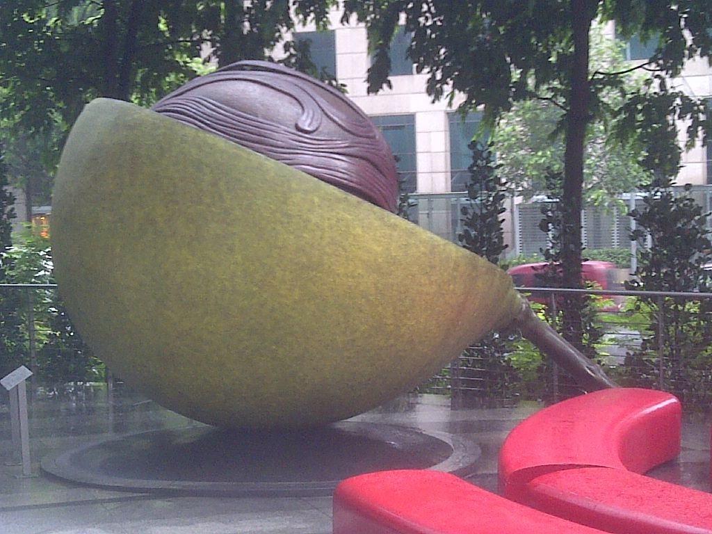 Muskatnuss Skulptur in Orchard Road (oversized fruit next to Giorgio Armani)