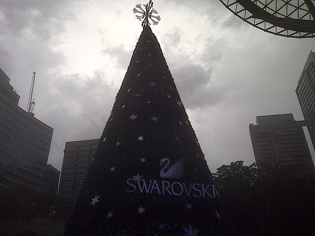 Swarovski Weihnachtsbaum in Orchard Road Singapur