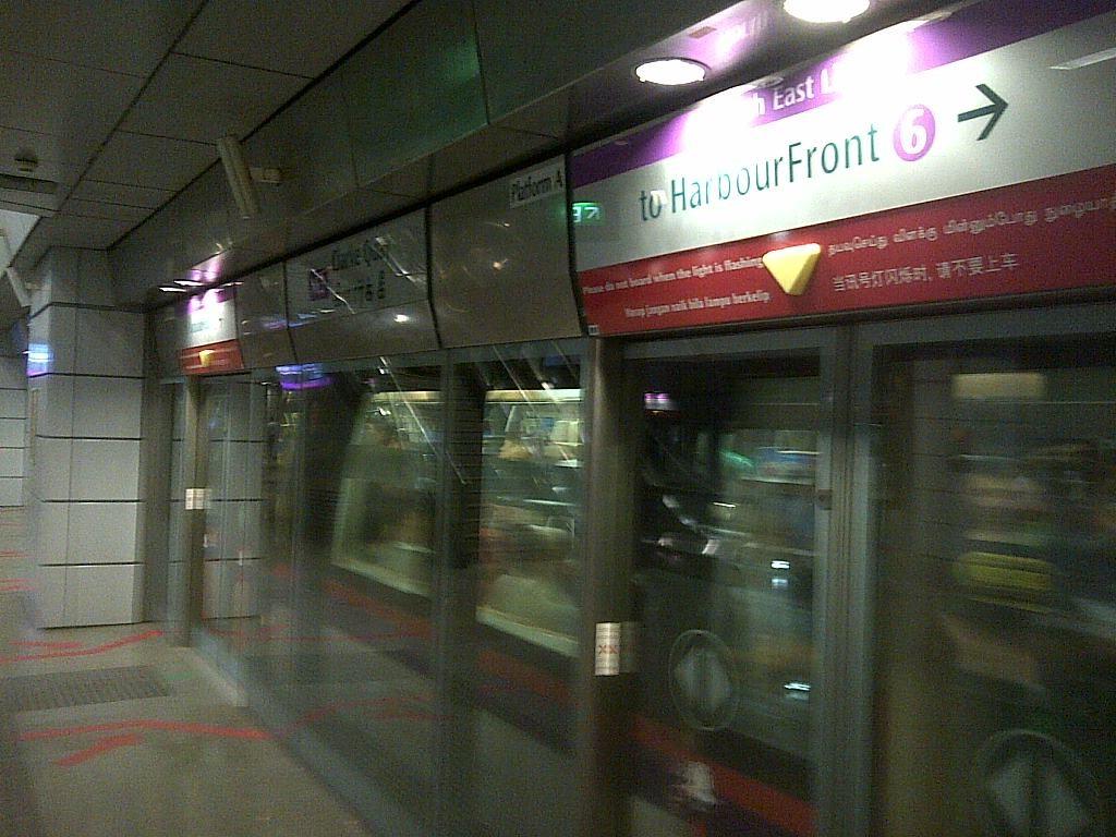 U-Bahn-Linie 6 Richtung Harbour Front MRT in Singapur (c) Thilo Goetze 2015