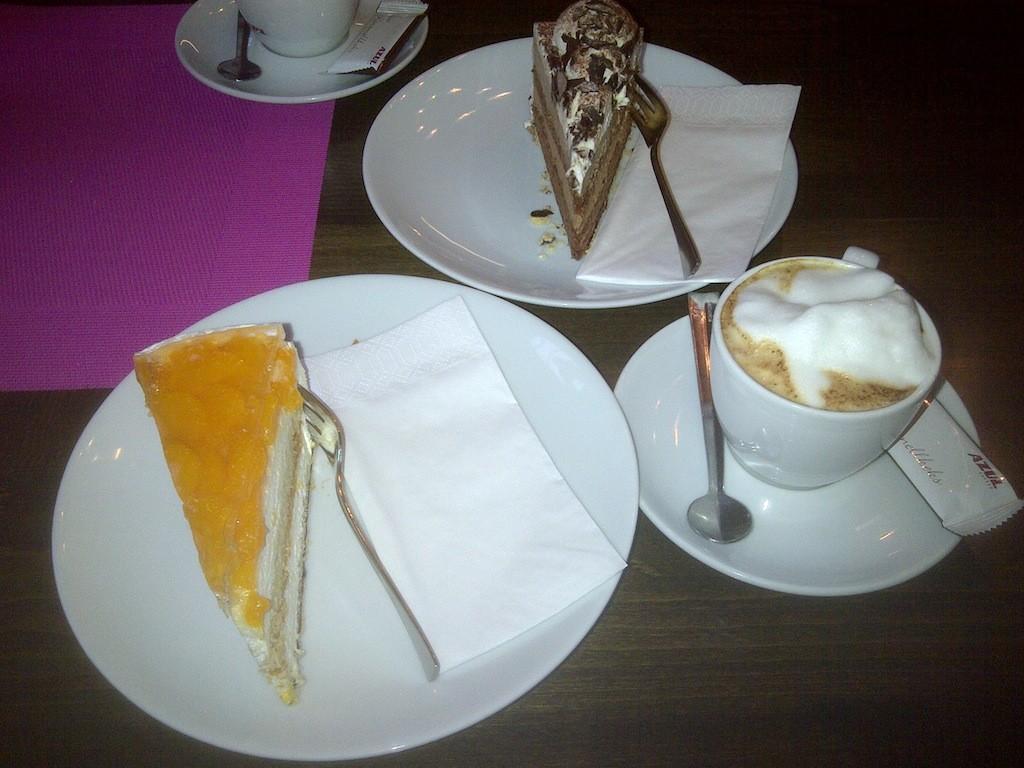 Cappuccini und Schoko-Sahne-Torte im Cafe Hafenschlösschen