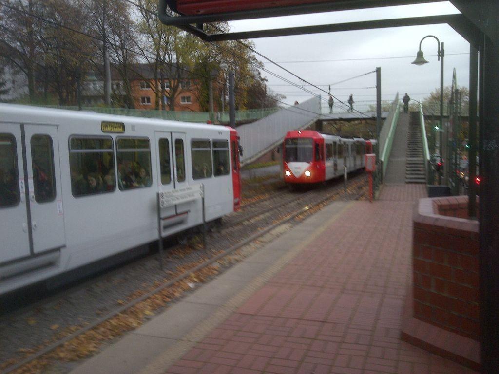 Dicht hintereinander stehende KVB Bahnen