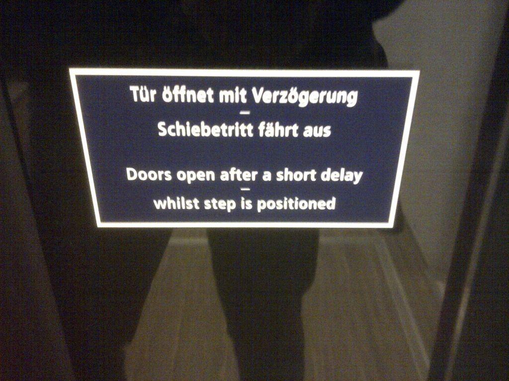 Mit Verzögerung öffnende Zugtür