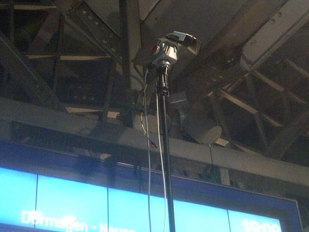Überprüfung einer Überwachungskamera am Kölner Hbf