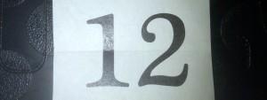Zahl Zwölf auf einem Blatt Papier