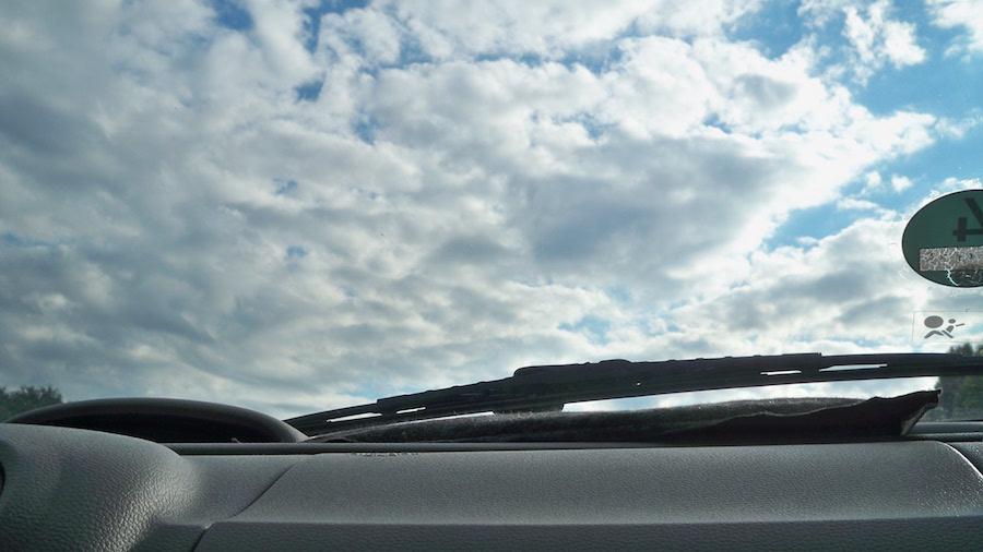 Blick durch die Frontscheibe auf der Autobahn