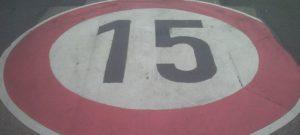 Geschwindigkeitsbegrenzungsschild auf dem Boden