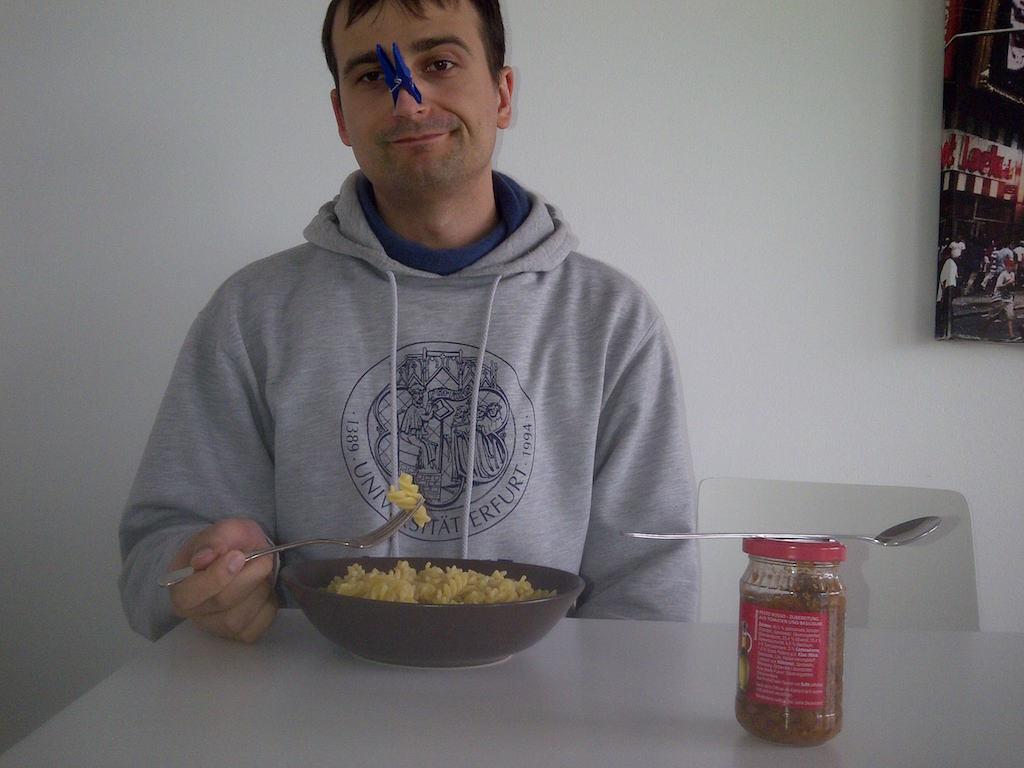 Essen mit Klammer auf der Nase
