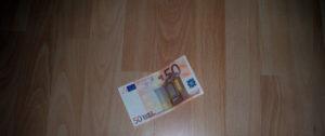 50 Euro Schein auf dem Boden