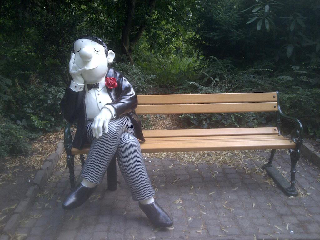 Parkbank Spende mit Loriot Figur in Bremen