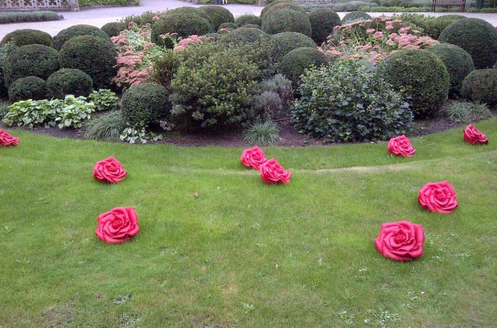 Rosenskulpturen auf Rondellwiese vor Schloss Moyland