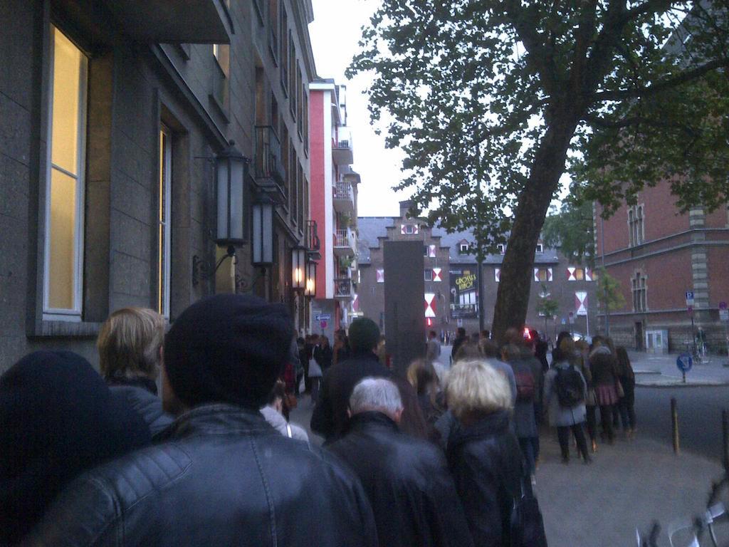 Schlange vor dem EL-DE Haus in Köln
