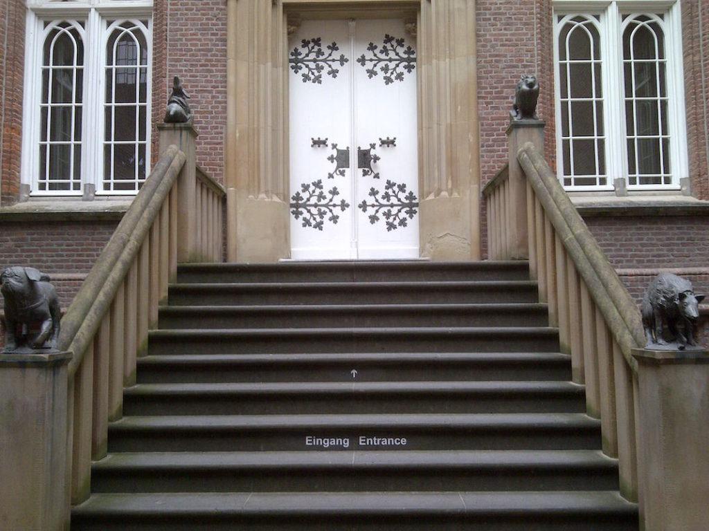 Eingang Schloss Moyland mit Treppenskulpturen