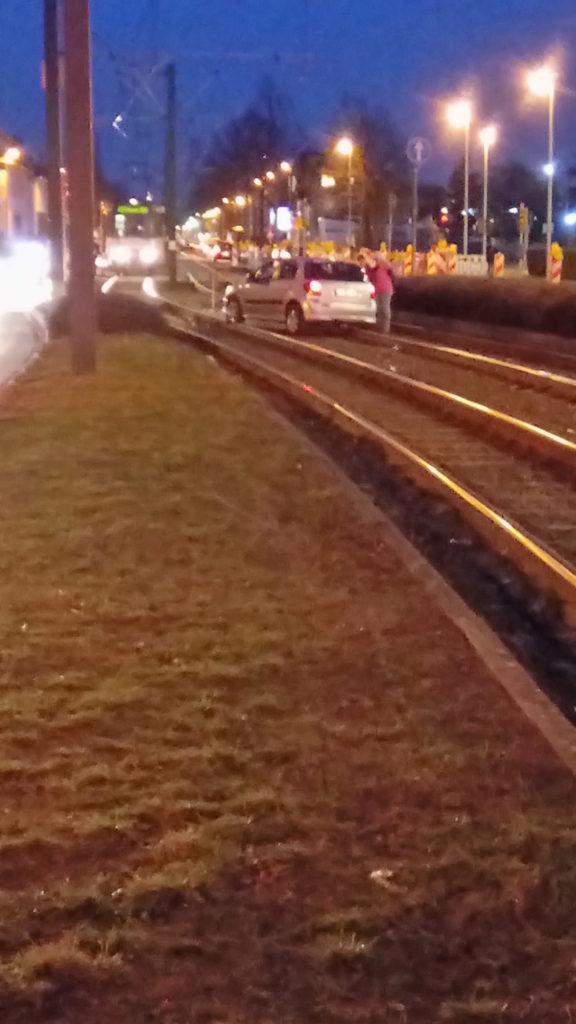 Quer stehendes Auto auf dem Gleis