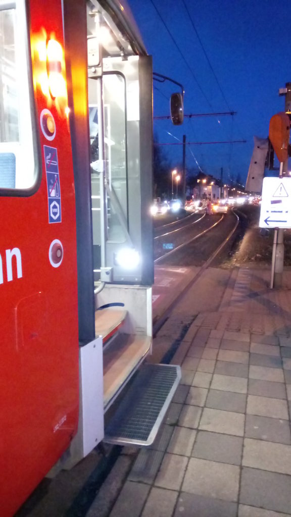 Straßenbahn und Auto