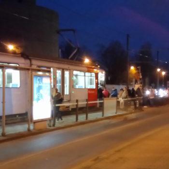 Straßenbahn wird an der Weiterfahrt gehindert