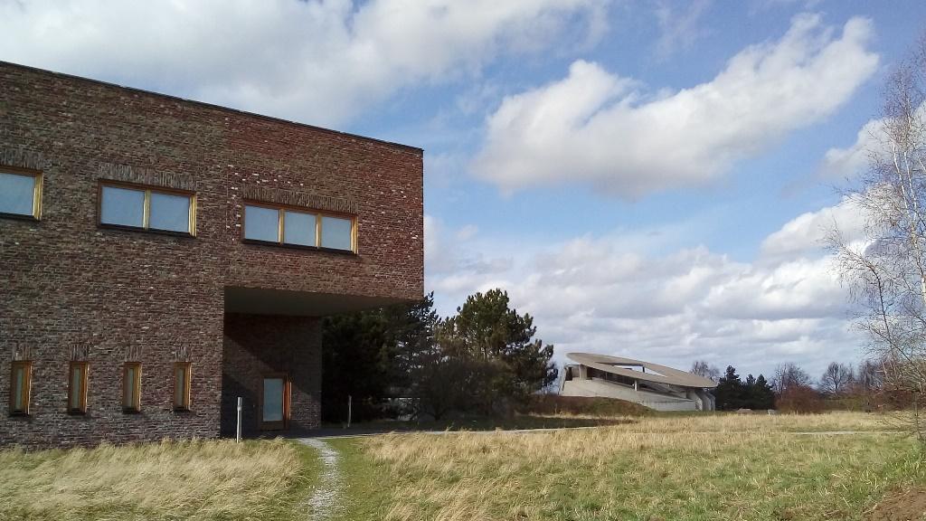 Bibliothek (l.) und Abrahambau (hinten) der Raketenstation Neuss