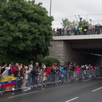 Zuschauer unter und auf der Oberkasseler Brücke