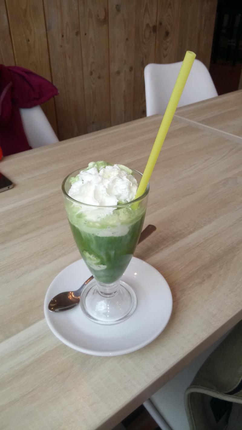 Matcha Eisbecher mit Vanillekugeln
