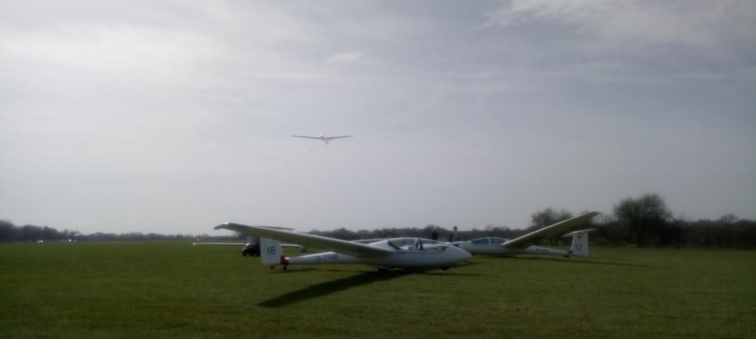 Stehendes und abfliegendes Segelflugzeug