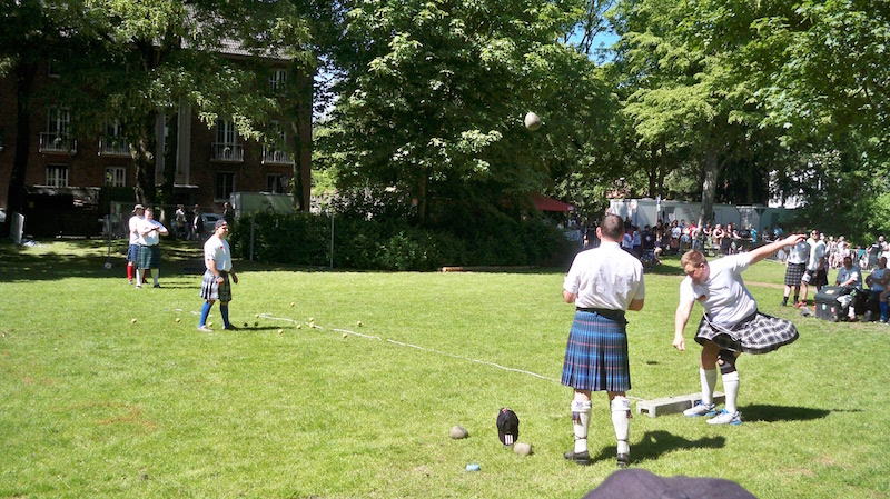 Stone Put bei den Highland Games in Kempen