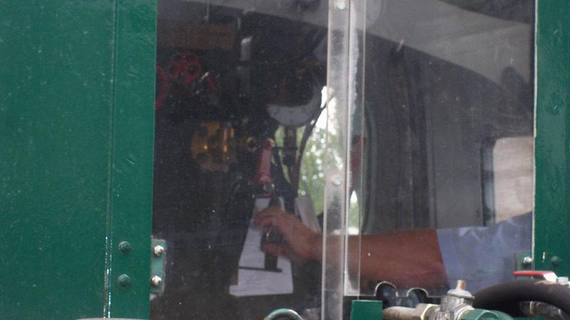 Lokführer zieht Dampfhebel
