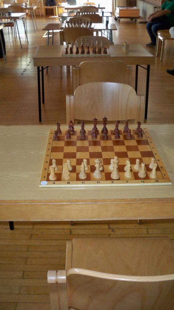 Spielsaal mit Schachbrettern in der Philippuskirche