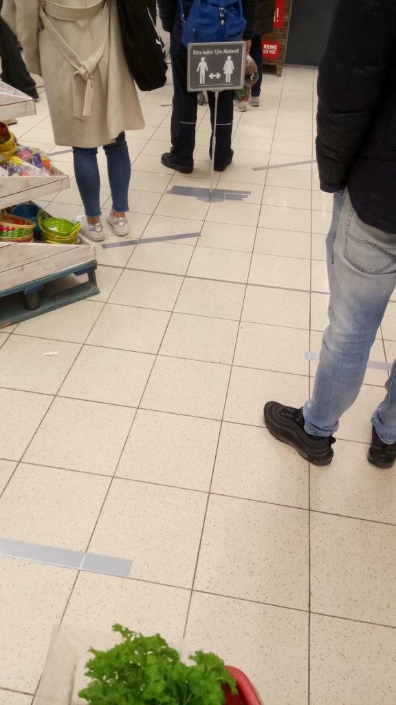 Abstandsmarkierungen im Supermarkt in Düsseldorf